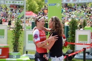 Chrissie Wellington beglückwünscht Daniela Ryf zu ihrem Sieg.