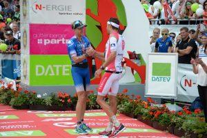 Nils Frommhold gratuliert Jan Frodeno zu seinem Challenge Roth-Sieg 2016. Armin Schirmaier
