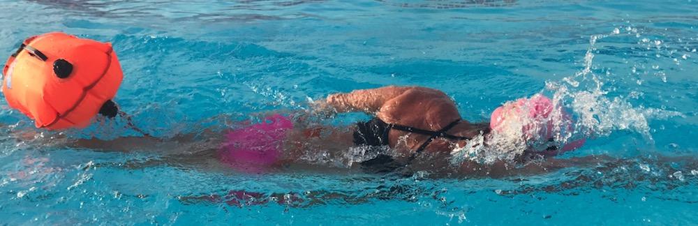 Eine Schwimmtasche sorgt für den sicheren und trockenen Transport von Gegenständen wie Schlüsseln und erhöht die Sichtbarkeit im Wasser