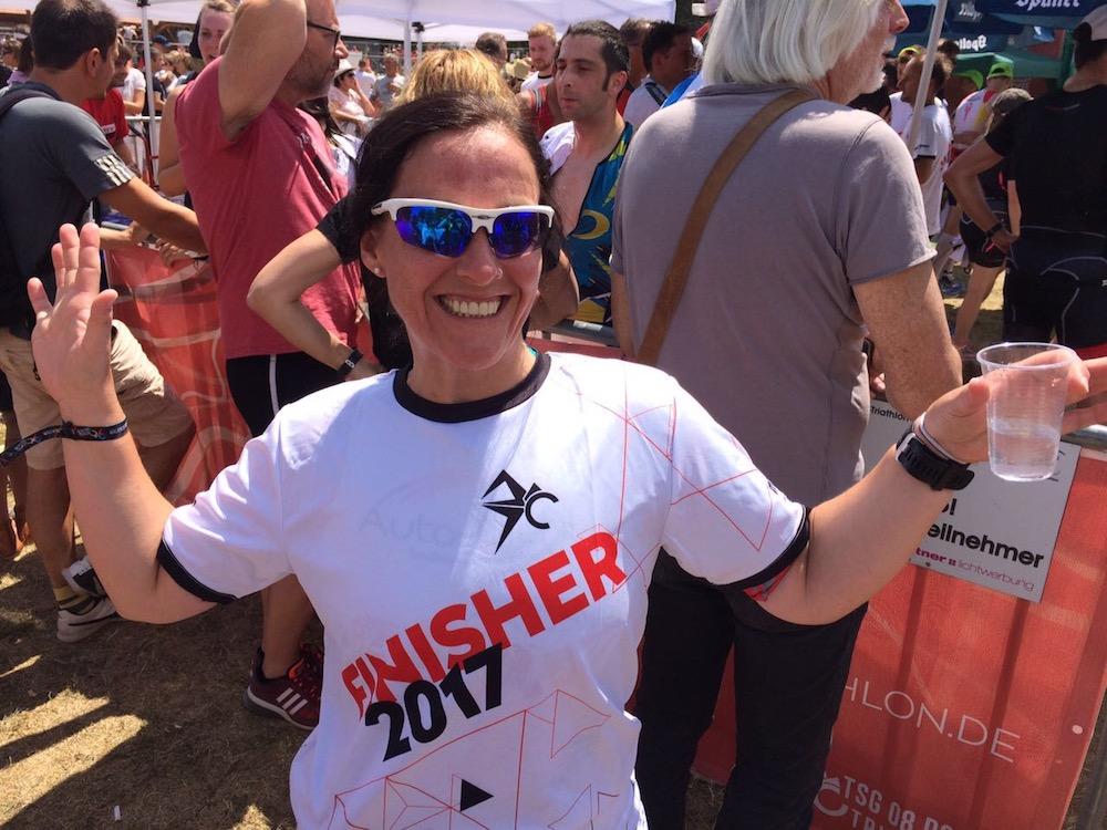 Verdientes Finisher-Shirt für Su Kienzle beim 29. Memmert Rothsee-Triathlon
