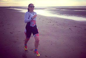 Susanne Kienzle joggt am Strand