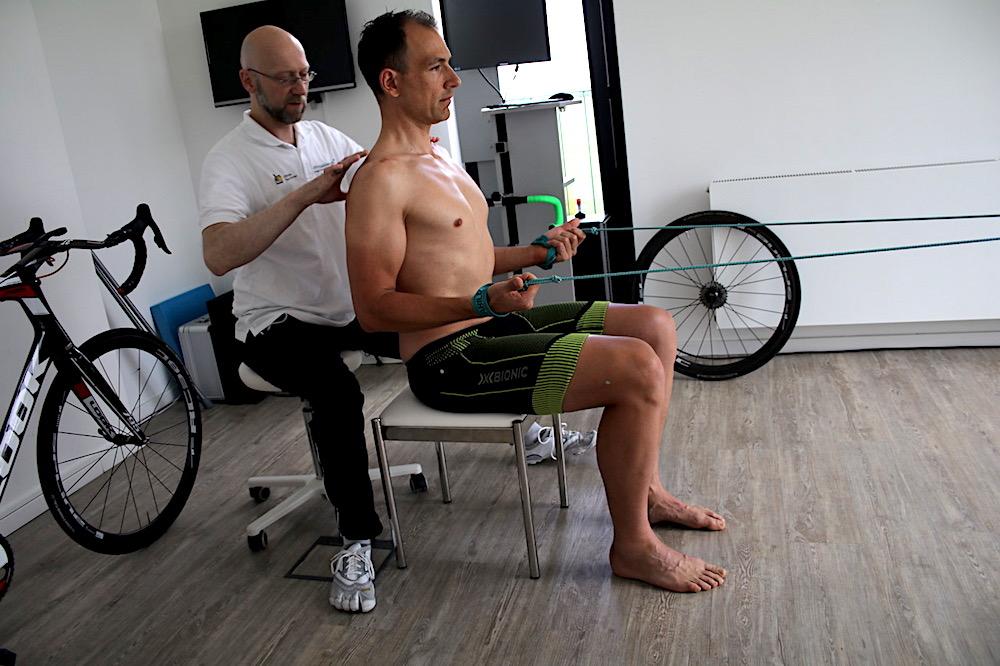 Übung zur Lockerung der Rückenmuskulatur