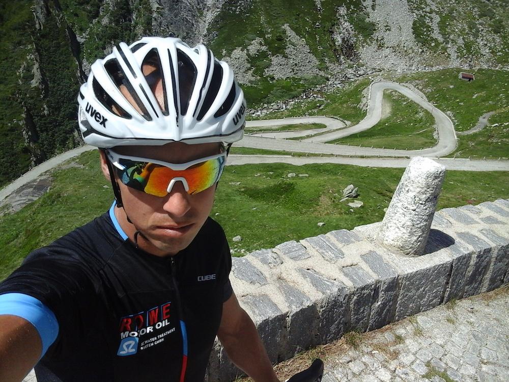 Profitriathlet Andi Böcherer beim Pässe fahren in der Schweiz
