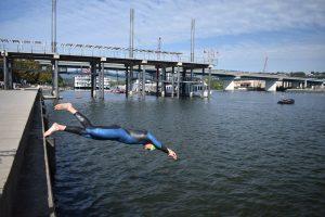 Triathlet Florian Teichmann beim Sprung in den Tennessee River