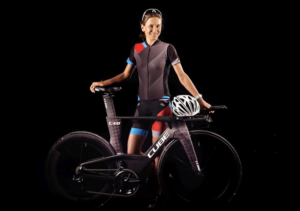 Svenja Thoes mit ihrem Triathlonrad von Cube