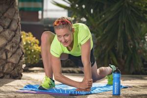 Daniela Sämmler zeigt Dehnübungen für Triathleten, Radfahrer und Läufer
