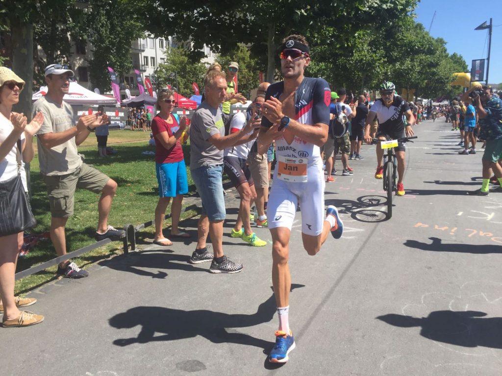 Jan Frodeno nimmt als Zweitplatzierter nach dem Radfahren die Verfolgung von Josh Amberger auf.