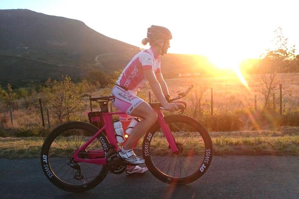 So macht Radeln Spaß. Anja Beranek genießt den Sonnenuntergang in Südafrika auf ihrem neuen Bike